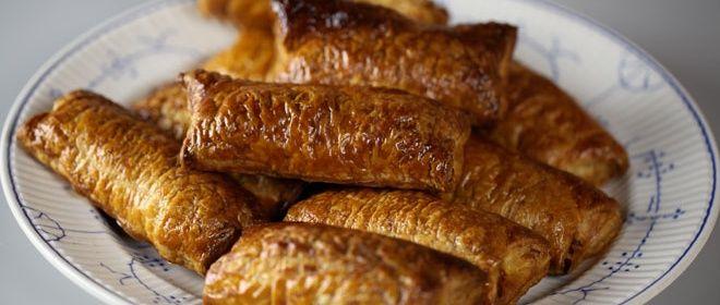 Deze saucijzenbroodjes zijn echte klassiekers en niet eens moeilijk om te maken. Probeer het eens! Klik hier voor de bijbehorende video op de website van 24Kitchen. Meng het gehakt met de sambal en rasp er de nootmuskaat in. Meng het gehakt met 1 ei en de paneermeel. Breng op smaak met zout en peper. Rol […]