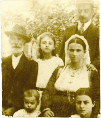 Αρχές 20ού αι. Οικογένεια εύπορων χωρικών με τις παραδοσιακές ενδυμασίες τους από το χωριό Καρουσάδες, στη Βόρεια Κέρκυρα. Εργαστήριο Τεκμηρίωσης Πολιτιστικής και Ιστορικής Κληρονομιάς Ιονίου Πανεπιστημίου.