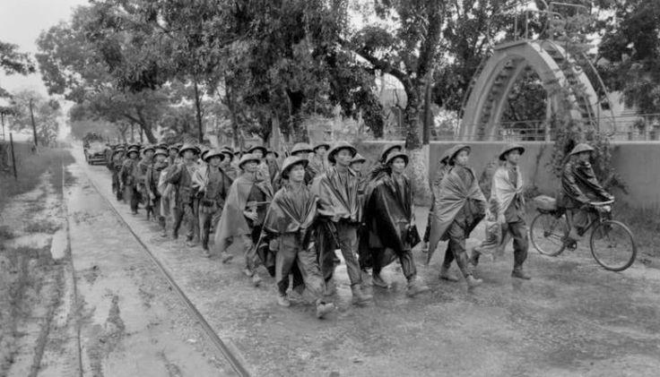 10 Octobre 1954. Entrée des premiers détachements du Việt Minh dans Hà Nội. Guerre Indochine. Indochina war. Viet minh.