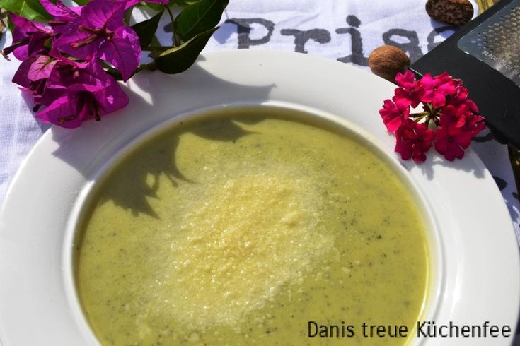 Zucchinis eignen sich hervorragend dazu, eine Suppe herzustellen. Anstelle der Zugabe von Sahne oder Schmand habe ich mich hier für Joghurt griechischer Art entschieden, um diese gesunde Suppe auch leicht zu halten. Als geschmackliches Highlight habe ich diese Suppe mit frischer Muskatnuss gewürzt. Tipp: Gargut im Thermomix sollte nie aprupt püriert werden, ich mache dies ...