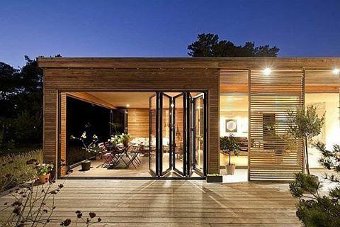 Casa contemporânea  de tirar o fôlego! Os brises de madeira externos funcionam como painéis deslizantes que dão dinamismo à fachada! Lindo né? #instadecor #interiordesign #decor #architecture #designdeinteriores