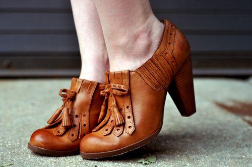 tan leather heels, 20s vibe