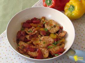 Pollo ai peperoni in agrodolce, ricetta in padella. Ricetta facile e veloce del petto di pollo con i peperoni agrodolci cotto in padella perfetto d'estate