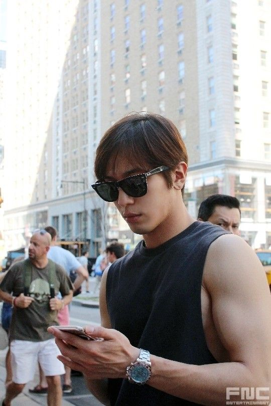 Are you telling me no WOMEN noticed what a CUTIE he was? One of the 'very ordinary young people', Jung Yong Hwa's New York trip