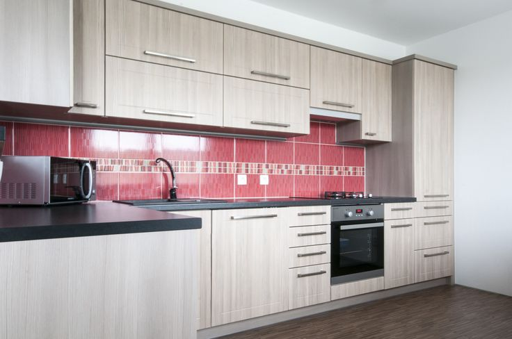 Útulná kuchyň v jemném tónu světlého dřeva splňuje veškeré požadavky mladé rodiny. Do malého prostoru se podařilo vměstnat vše podstatné.