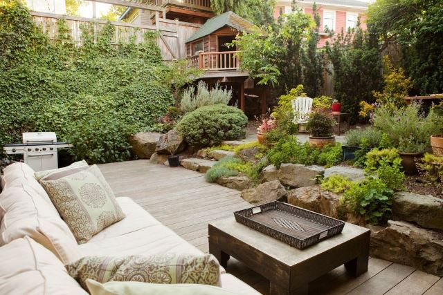 If pumpkins and gourds aren't particularly your thing, stick to the more natural approach with a well-groomed garden. Even if you don't have too many trees or plants that change colors during the fall season, this doesn't mean you can't enjoy them just as much! Sometimes the more natural, the better, and if you have a cozy garden like this one you can't go wrong.