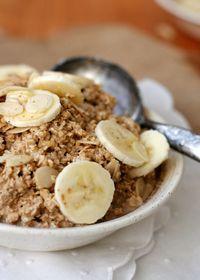 Chai Overnight Oats mit Mandeln und Zimt Zutaten 1 Tasse Haferflocken 1 Tasse Milch 1½ EL Chai-Pulver 1 EL Mandelblättchen 1 Prise Zimt 1 halbe Banane Eventuell etwas Honig
