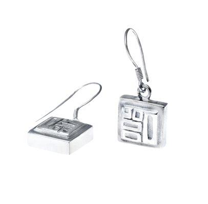 TYYNI HELLE egyedi ezüst kockás fülbevaló.  Ha saját egyéni ötletedet szeretnéd elkészíttetni -ékszer :gyűrű, medál, fülbevaló, karkötő- keress meg. Érdeklődés vagy rendelés: tyynihelle@gmail.com, www.szilasjudit.hu  , 06-20-217-59-65