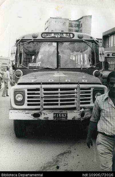 Bus de transporte público de la empresa Gris Roja - Biblioteca Digital - Universidad icesi