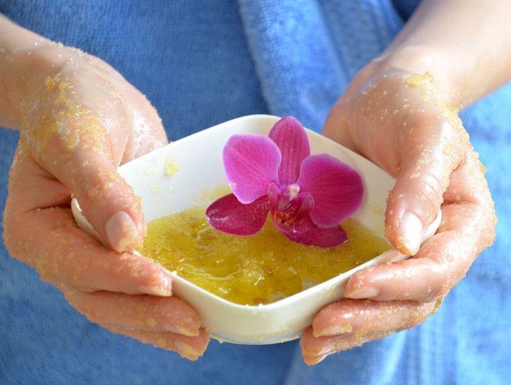 Peeling cukrowy: http://dailytips.pl/domowe-peelingi/