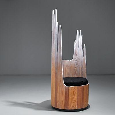 """PETER OPSVIK STRANDA 1939  Stol """"Fjelltopp"""" fra """"Cylindra-serien"""", Cylindra. Tidlig 1990-tallet. Furu og bemalt furu med motiv av fjelltopper i rygg. Pute kledd i mørkt ullstoff.  Det er laget totalt 14 stoler av denne typen, samtlige med unik bemalt dekor.  Denne stolen er en av de første som ble produsert.   NB! Objektet/objektene vil ikke være tilgjengelig for visning i perioden 7-8 september, men vil utstilles på Kunsthøgskolen i Oslo (KHIO) lørdag 9 september (10-18, åpent kun for…"""