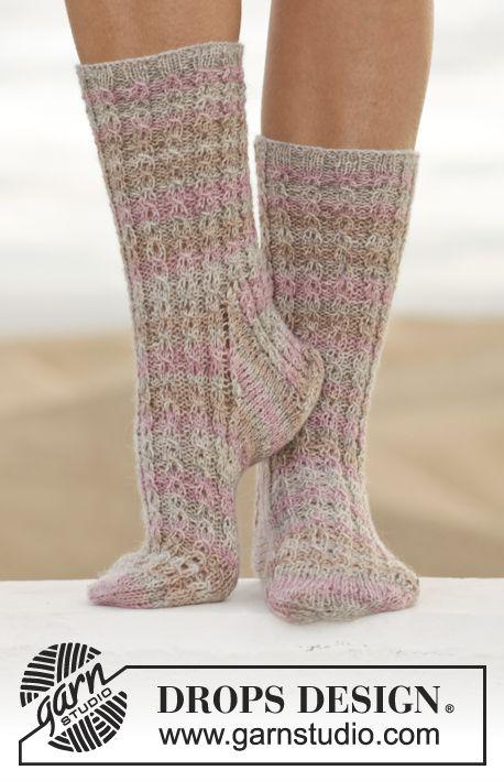 Gebreide DROPS sokken met kabels van Fabel. Maat 35-43. Gratis patronen van DROPS Design.