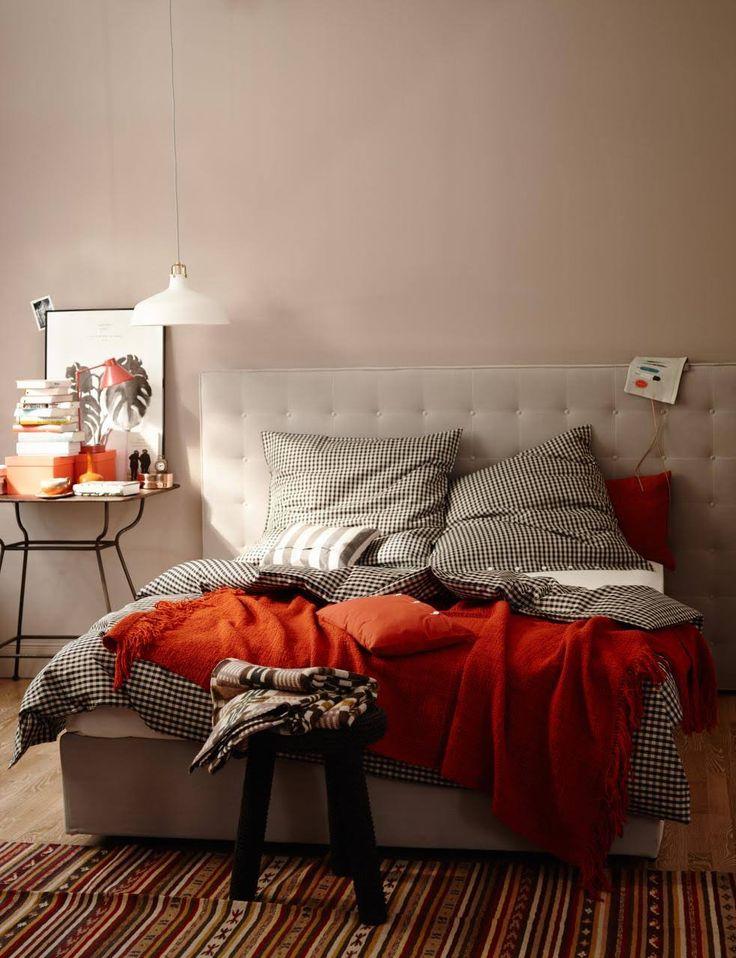 bett und wandfarbe in beige mit decke und kissen in rot - Wandfarbe Creme Rot