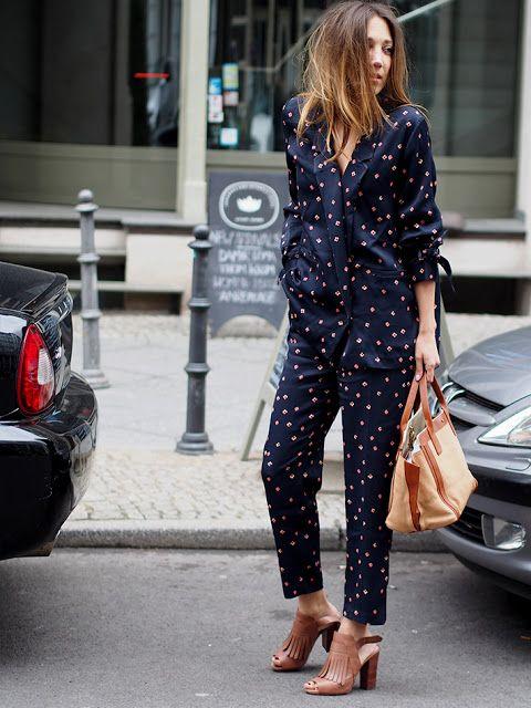 Pantalón gris, top lencero, chaqueta pijama y tacones burdeos zara