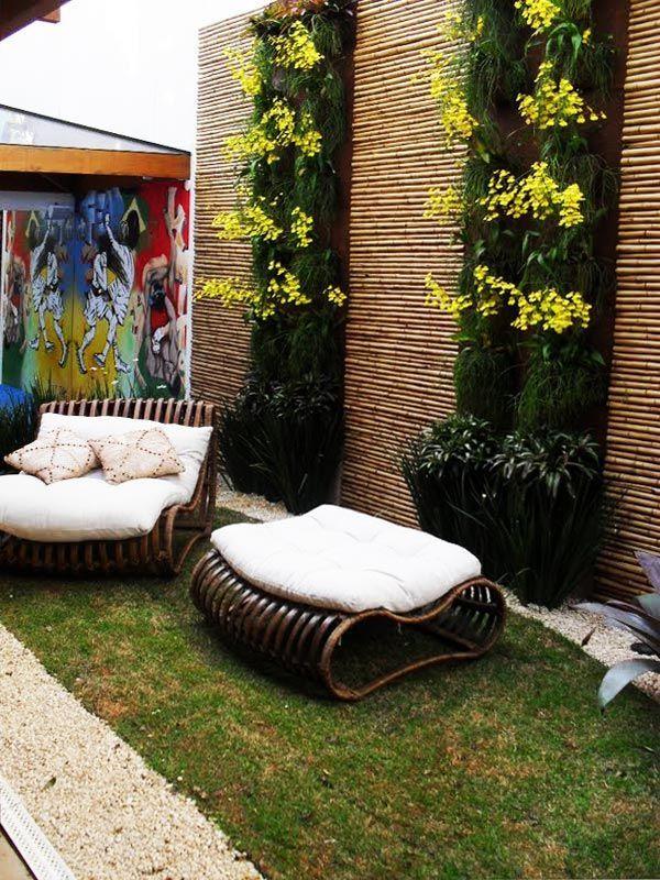 Pequeno jardim vertical em parede de bambu.  Fotografia: www.decorfacil.com.