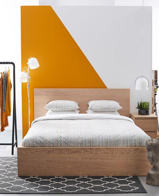 Wenn weniger mehr ist - klarer Stil trifft leuchtende Farben (im Bild MALM Bettgestell hoch)