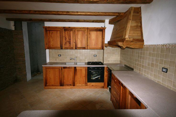 Ambiente cucina realizzato con larice antico recuperato da vecchie travi, pavimenti e rivestimenti di casolari dismessi e abbattuti