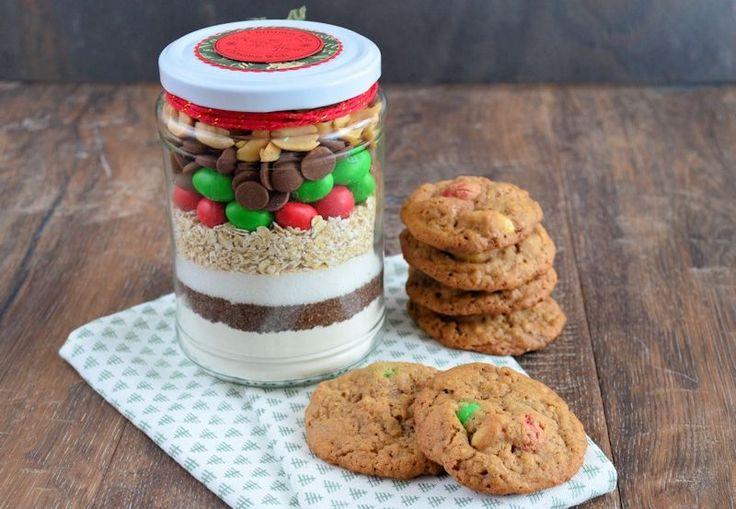 Het perfecte kerstcadeau om zelf te maken: een pot vol kerstkoekjes! Leuk om te maken en nog leuker om cadeau te geven!