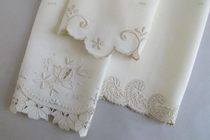 Toalhas de mão em linho bordadas a bastidos, caseado unha e richelieu.