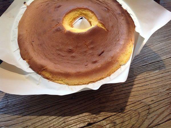 Pour faire le Pão de Ló (Gâteaux éponge) traditionnel portugais, sont nécessaires seulement trois ingrédients: œufs, beaucoup d´œufs, de sucre et de farine.