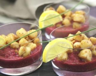 Verrines de Saint-Jacques et betteraves au curry : http://www.fourchette-et-bikini.fr/recettes/recettes-minceur/verrines-de-saint-jacques-et-betteraves-au-curry.html