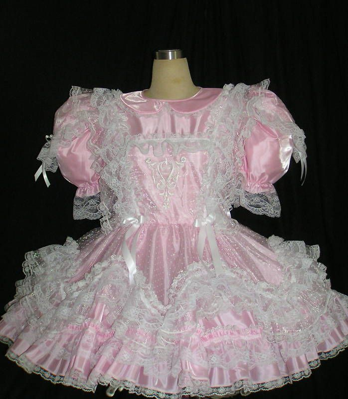 Spank auf ihre frilly rosa Petticoats