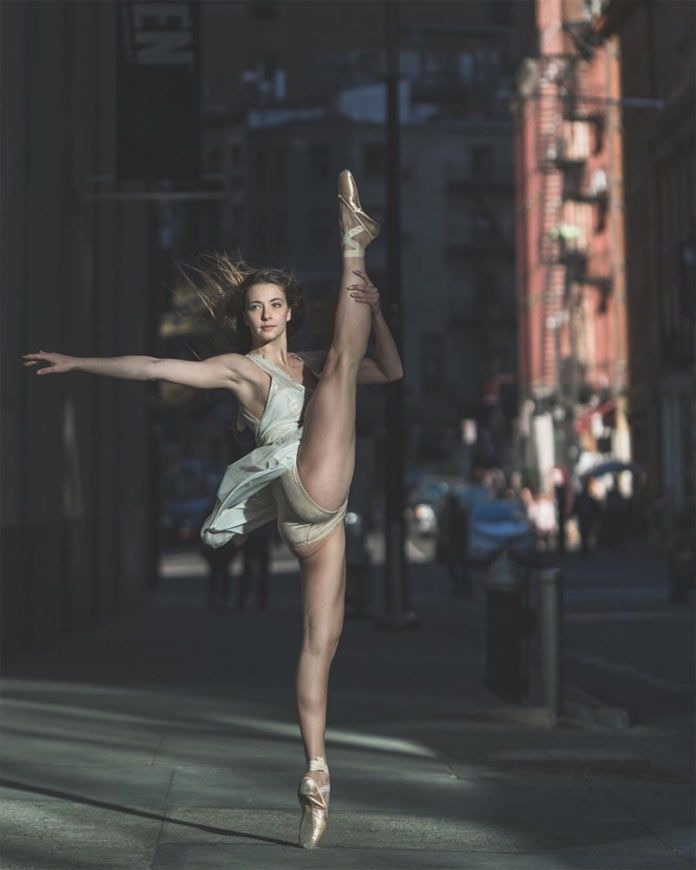 Greta Zuccarello is posing in the streets of New York City.