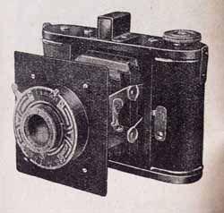 SENTA II Kovový vzpěrový přístroj pro 16 snímků 4,5x6cm na svitkovém filmu. s objektivem Doxanar 4,5/7,5cm s frontálním ostřením v závěrce Doxa a s optickým nebo průhledovým hledáčkem a kloubovými vzpěrami. Rozměry:115x97x50mm. V cenících je uváděn od roku 1937. Senta z roku 1934 má výklopnou podlážku a průhledový hledáček, viz ceník.