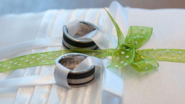Wer heiratet und Ringe tauscht, möchte gerne, dass die Ringe eine Ehe lang halten. So wünschte es sich auch das Ehepaar Bredo. Doch: Obschon sie explizit robuste Ringe wünschte, waren sie nach nur einem Tag bereits stark beschädigt.