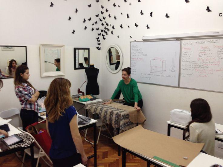 Clase de Diseño y producción de carteras y bolsos en Maison Aubele.  para mas información sobre nuestros cursos www.maisonaubele.com Esta capacitación es presencial en Buenos Aires