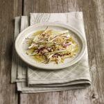 La differente consistenza delle pere e delle noci rende ancora più gustosa l'insalata belga e pere con vinaigrette alle noci: prova la ricetta di Sale&Pepe.