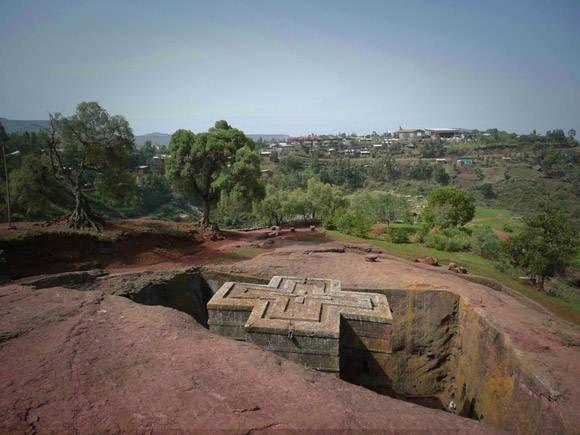 Igreja de St.George, Lalibela, na Etiópia. Foi construída na pedra em forma de uma cruz.