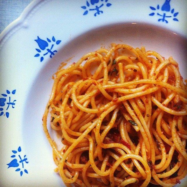nog een spaghetti voor luie wijven (look, chilivlokken, tomatenpuree, verse kruiden)