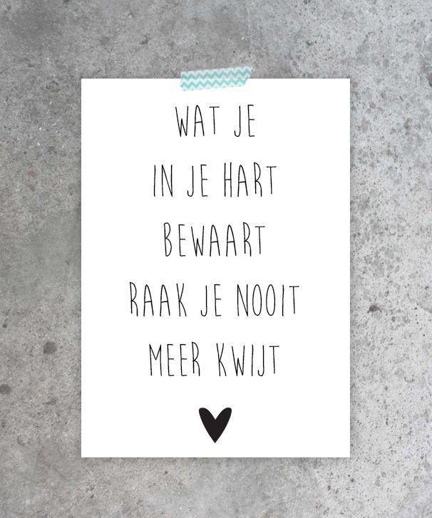 Kaart in zwart-wit met tekst Wat je in je hart bewaart raak je nooit meer kwijt. Valentijskaart liefde