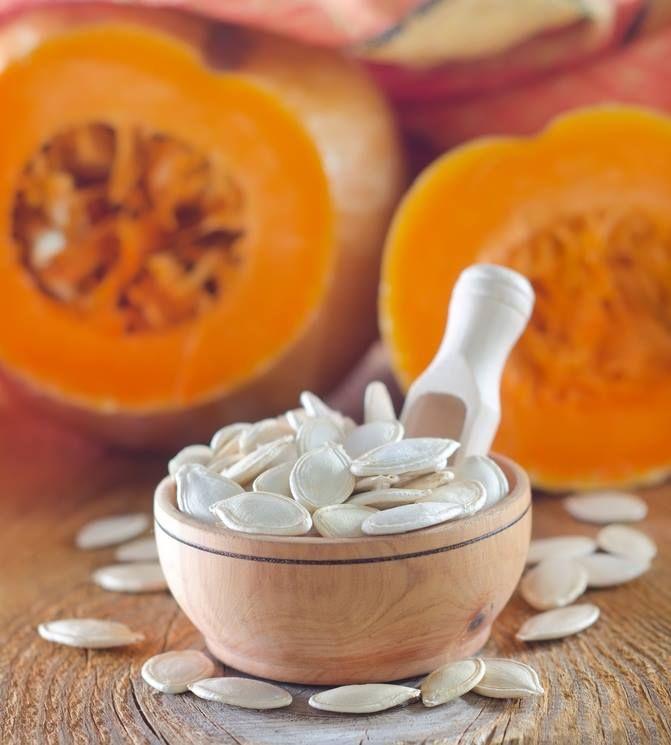 Kabak Çekirdeği Vitamin ve Mineral Deposu!  Her gün bir avuç kabak çekirdeği, vücudumuzun günlük çinko, magnezyum ve manganez ihtiyacının önemli bölümünü sağlar. Bazı B vitaminleri yanı sıra K vitamini içerir. Omega-3 ve omega-6 esansiyel yağları için de iyi bir kaynaktır.