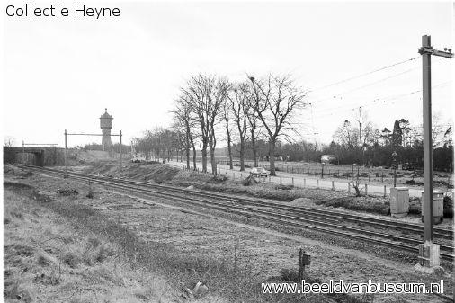 Spoorbaan 1966, terhoogte van het latere station Bussum zuid, op de achtergrond het viaduct, achter de spoorbaan het begin van de Bussummergrindweg