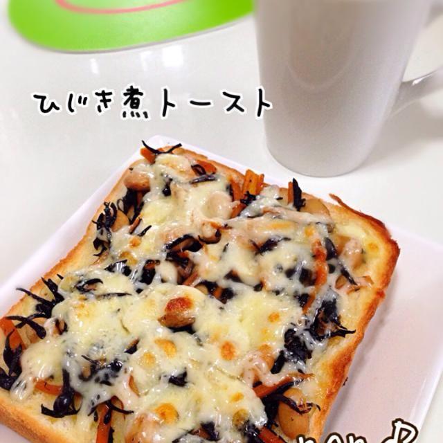 日曜日の朝に しっかり朝ご飯作るの面倒くさい けど、栄養のあるものを ちびっ子に  私も鉄分必要⚠️ って事で 昨晩の余りの ひじき煮をマーガリン塗ったパンにのせて とろけるチーズのせて マヨまんべんなくピュ〜っと うま〜い( ‾ʖ̫‾) ひじき煮の甘じょっぱいのとマヨチーズが合う  トーストのカテゴリーが出来て喜ぶお方 Shoooocoさんお呼び出し かぼちゃトーストも梅トーストも美味しそうだった♪( ´▽`) - 102件のもぐもぐ - ヾ(✿❛◡❛ฺฺ)ノぉはよぉ~❤鉄分補給!ひじき煮トーストだよ〜マヨチーズが合う〜( ̄▽ ̄) by nonoh