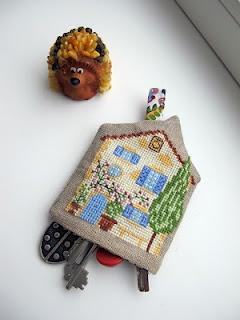 Cottage key chain with cross stitch.| J'aime la broderie française