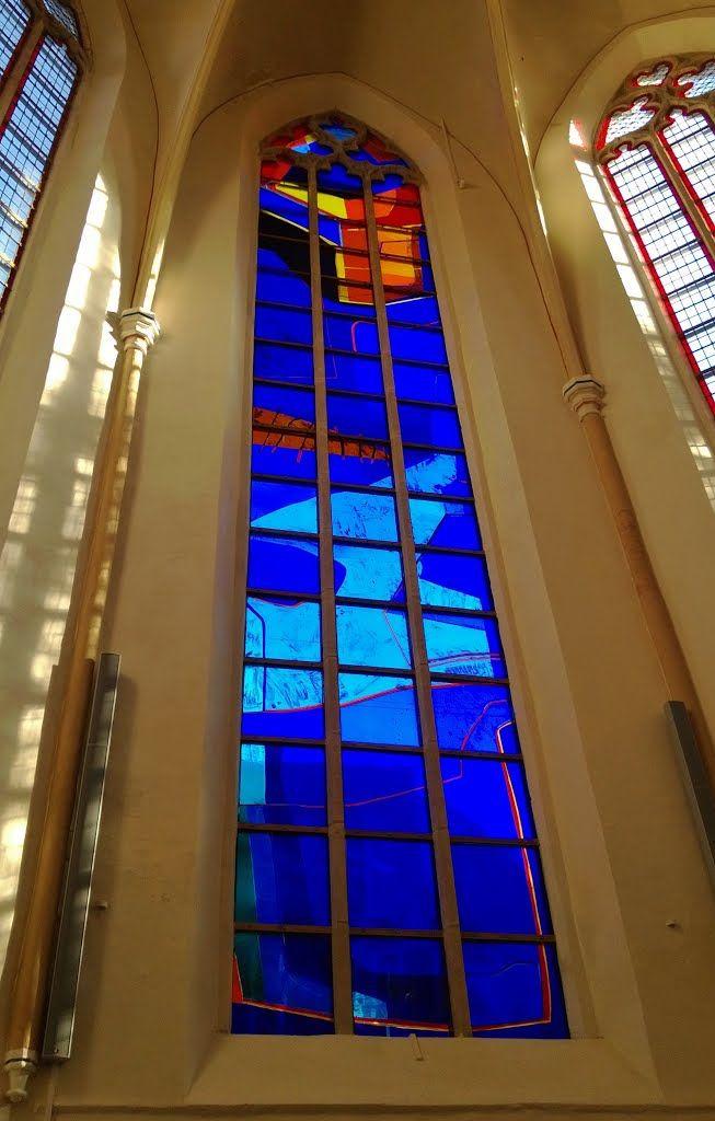 """Glas-in-loodraam in """"Waanders in de Broeren"""" in Zwolle van de Noorse kunstenaar Kjell Nupen."""