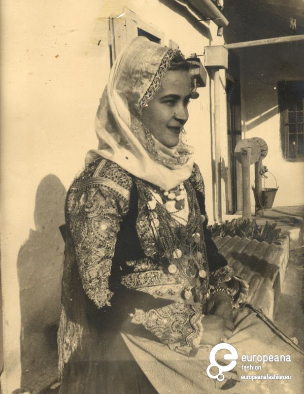 Photo B/W photo of a woman with local costume from Megara, Greece.