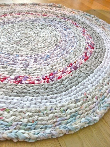 An Awesome Rag Rug--DIY I am going to try this would be very cute for the bathroom