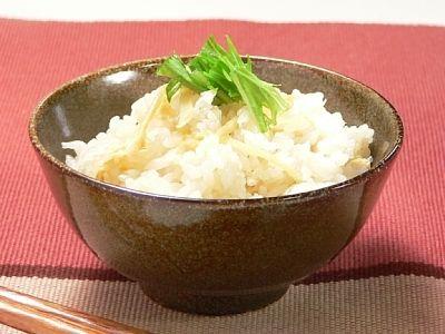 生姜のシャキシャキとした歯触りが心地よい炊き込みご飯です。ピリッとした辛味が爽やかで食が進みます。食後にじんわりとカラダが温まってきます。