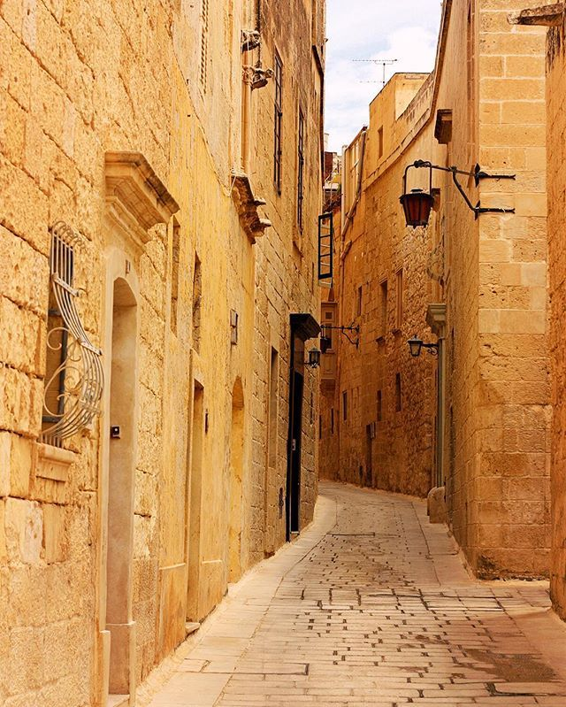 Quietness #alley #street #houses #village #cobblestone #historic #oldtown #wanderlust #valletta #warmth #gold #visitmalta #igersmalta #lovemalta #unlimitedmalta #maltaphotography #beautifuldestinations #worldcaptures #worldplaces #topparisphoto #passionpassport #statravel
