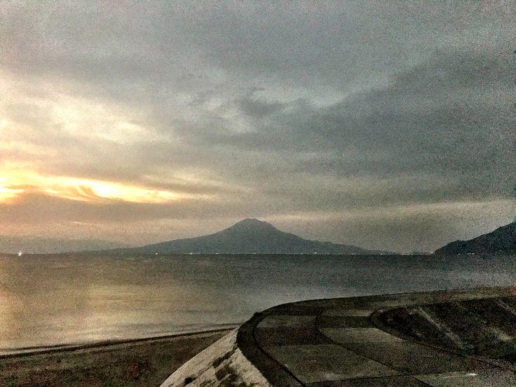 おはようございます(^o^)/ 今日の桜島です。 天気は晴れ。空気もウマイ! 良い天気になりました。 大相撲九州場所、大奄美、やっと勝ちましたね。とりあえずひと安心です(>_<) 今日から寒くなるみたいですね。くれぐれも風邪に注意していきましょう!!!