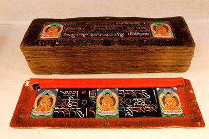 """Canone tibetano, che consisteva nel Kangyur, le """"parole tradotte del Buddha """". le copie sono state fatte dell'originale Kangyur, questo testo è stato diffuso in tutto il Tibet. Una di queste copie è il manoscritto di  Kangyur scritto con 9 pietre preziose, ed è l'unica copia al mondo. L'inchiostro utilizzato nella scrittura di questo Kangyur è letteralmente fatta da pietre preziose. 9 tipi di """"pietre preziose"""", cioè l'oro, l'argento, corallo, perle, madreperla, turchese, lapislazzuli, rame…"""