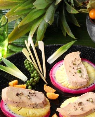 Le Foie gras en carpaccio d'ananas Victoria et pitaya, fruits du dragon