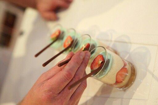 Fraisier en transparence, crème légère à la vanille bourbon. Création Gilles Marchal.