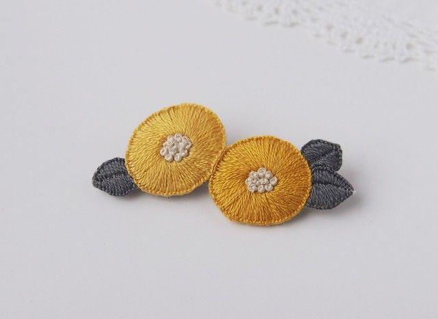 2つのお花の刺繍ブローチ(yellow)