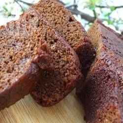 Gingerbread Loaf /  Dieser weihnachtlliche Kuchen wird ohne Ei gebacken und hat eine weiche Konsistenz. Ich backe diesen einfachen Kuchen abends vorm ins Bett gehen und lasse ihn dann über Nacht im Ofen abkühlen.@ de.allrecipes.com