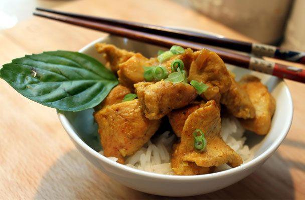 Spezzatino di soia al lemon grass con riso pilaf. Lo Spezzatino di soia al lemon grass con riso pilaf è un gustoso piatto unico vegetariano a base di soia, facile e insolito, con un delicato profumo di limone.